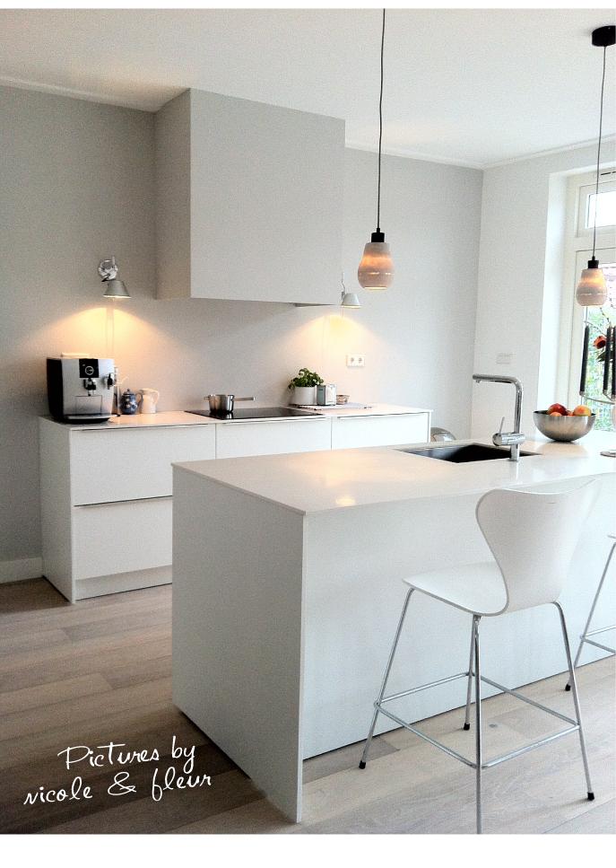 Witte keuken - Grijze en rode muur ...