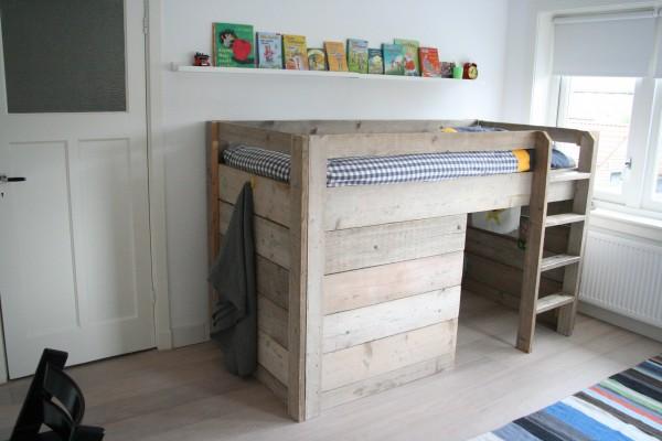 Stoere kinderkamer met steiger hout - Kamer voor kleine jongen ...