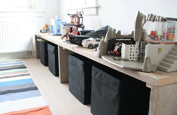 open vergroting van een jongens kamer met steiger hout