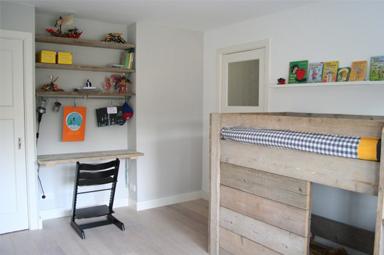 Een jongens kamer met steiger hout