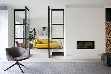 Nieuwbouwwoning met stalen deuren en maatwerk meubels
