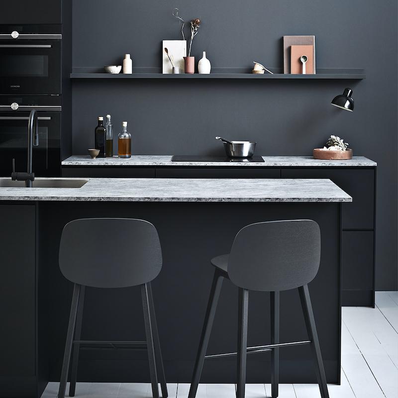 Zwarte keuken met marmer blad